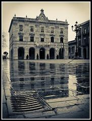 Gijon - Plaza del Ayuntamiento (migbotero) Tags: plaza lluvia asturias gijon reflejos duotono fujifilmx10