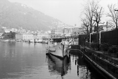 Il battello gelateria (sirio174 (anche su Lomography)) Tags: como lago lake lagodicomo comolake lungolago battello gelateria
