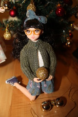 Decorating the Christmas tree. (Ninotpetrificat) Tags: doll japantoys japandoll toys muñeca ruruko petworks cute christmas kawaii weihnachten navidad nadal decoraciondenavidad puppe hipster bolasdenavidad hobby