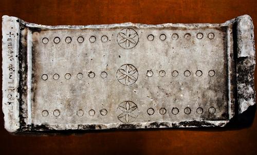"Petteia - Ludus Latrunculorum  / Iconografía de las civilizaciones helenolatinas • <a style=""font-size:0.8em;"" href=""http://www.flickr.com/photos/30735181@N00/32522183135/"" target=""_blank"">View on Flickr</a>"