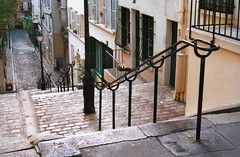 Stairs of Butte Montmartre (Julie70) Tags: people paris france 2004 blog photos top images montmartre mostinteresting topf streetphoto stroll gens balade flickrfavs parisienne parisians rencontres paris18e parisien mostfav parisiens julie70 topfavs copyrightjuliekertesz peopleinparis rencontrsparis juliekertesz bigfavs flickrmostfavorited 100mostinteresting 120of50000