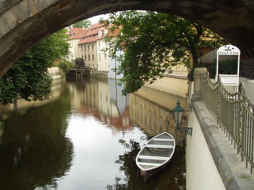 Barquitas bajo el Puente de Carlos