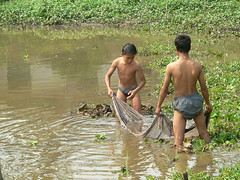 Fishing near Luang Phrabang, Laos 03/2005 (John of Dallas) Tags: boys fishing luang phrabang luangphrabang
