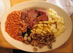 Scrambled egg, bacon, mushrooms, beans and chips (Elmar Eye) Tags: mushrooms bacon plate chips bakedbeans oval blackpudding scrambledegg britishbreakfast