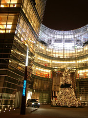 Beacon Court (Jim Lambert) Tags: 2005 christmas nyc newyorkcity usa ny newyork building architecture skyscraper buildings us autumn2005 skyscrapers unitedstates manhattan fall2005 christmastree nighttime december2005 3rdavenue uppereastside bloombergbuilding thirdavenue bloombergtower 12152005 december152005 15december2005 beaconcourt east59thstreet east58thstreet