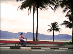 moça de bicicleta (alineioavasso™) Tags: brazil praia beach bike caraguatatuba caraguá