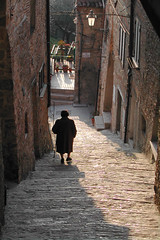 To come down in the alley (ingirogiro) Tags: old city people architecture stairs person siena toscana vicolo sancascianodeibagni