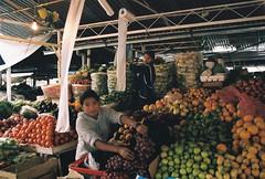 si hay (Janrito Karamazov) Tags: film latinamerica southamerica frutas girl fruit quito ecuador colorful market mercado latinoamerica equateur eq equador sudamerica colorida nikonn75 colorido ombelicodelmondo sangolqui janrito alejandrogiacometti