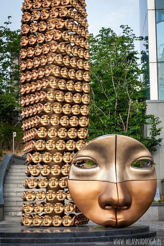 Twarzo-pomnik w centrum Seulu