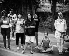 En la entrada de la Alhambra [Explore] (BuRegreg) Tags: street city urban bw blancoynegro yoga calle spain streetphotography ciudad andalucia explore alhambra granada urbana streetphoto vacaciones callejera 2015