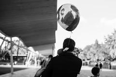 Le ballon (LACPIXEL) Tags: ballon balloon globo enfant child niño personnes gens gente people street rue calle urbain urban urbano lavillette paris france arbre tree árbol outside extérieur exterior noiretblanc blackandwhite blancoynegro nikon nikonfr nikonfrance d4s fx flickr lacpixel sigma