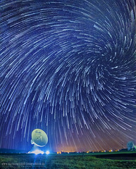 Vortex Startrails, sternspuren, strichspuren in Raisting über erdfunkstation (Adamus W. Adelus) Tags: sternenhimmel fotografieren nachthimmel sterne milchstrase startrails sternspuren strichspuren raisting erdfunkstation überwachung funkstation statellit satellitenschüssel funkmast funkantenne photoshop canon 7d vortex spiral spirale swirl