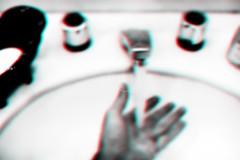 Miopia 3D (Marco Abud) Tags: marcoabud marcoabudfotografia abud abudfotografia abudesigner corpoempoesia gotasdeágua dropofwater autoral 40mm fineart óculosdegrau eyeglasses óculos miopia míope visãodeummíope bokeh boke semóculos hand mão sabonete sabonetelíquido higiene torneira lavador água water myopia myopic soap liquidsoap bathroom watertap personalhygiene hygiene washhands soapdish miopia3d miopia3destereoscópica estereoscópico
