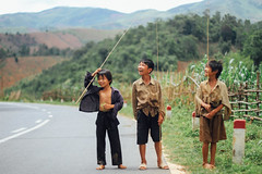Children with Fishing Rods on Side of Road, Lai Châu Vietnam (AdamCohn) Tags: 118kmtobnpouncoinlaichâuvietnam adamcohn bnpounco laichâu vietnam bamboo child children fishing fishingpole geo:lat=21551974 geo:lon=103305435 geotagged road rural smile street wwwadamcohncom xuânlao điệnbiên