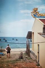 David (cabaret ambulante) Tags: portrait canonav1 beach analog sand holidays retrato playa palmeras vietnam arena palmtrees vacaciones phuquoc analgico