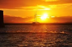 comes to me... sun! (Ruby Ferreira ) Tags: sunset bay boat waves silhouettes hills ripples silhuetas salvadorba notreatment northeastbrazil baadetodosossantos nordestebrasileiro bahiaba