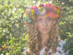 na (ecker) Tags: flowers light summer woman sunlight girl face backlight hair linz licht gesicht outdoor sommer naturallight blumen hippie frau sonnig mdchen strauch gegenlicht zweige haar sonnenlicht avaliablelight blumenkranz na umgebungslicht