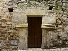 Puerta de Trujillo (John LaMotte) Tags: puerta porta door dintel fachada trujillo cáceres caceres extremadura infinitexposure