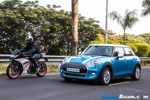 KTM-RC-390-vs-MINI-Cooper-07