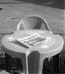 La Gazzetta (sirio174 (anche su Lomography)) Tags: gazzetta lagazzettadellosport tavolino sedia como hangar giornale