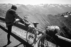 On se couvre pour la descente (maxguitare1) Tags: cyclotourisme cycling ciclismo velo bici bike bicicleta bicyclette randonneur mochilero backpacker ffct montagne mountain montagna montaña alpes france