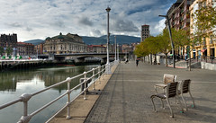Trois «chaises publiques» (Vincent Rowell) Tags: raw tonemapped hdr spain bilbao spain2016 basquecountry arriagatheater publicseating river ria