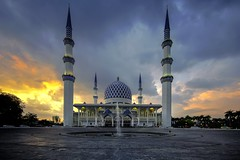 Masjid Sultan Salahuddin Abdul Aziz Shah, Shah Alam (Nur Ismail Photography) Tags: placeofworship islam islamic touristattraction colourfulskies cloudy fountain minarets dome frozenlite nurismailphotography bluemosque shahalam statemosque mosque masjid sunset sony ilce6500 a6500