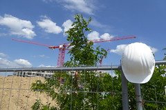 Mittagspause (erix!) Tags: clouds crane helmet wolken baustelle constructionsite kran mittagspause bauzaun baukran schneswetter
