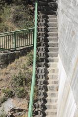 La escalera doble (Micheo) Tags: cemento stairs escalera baranda steps shadows sombras embalsedequéntar pantano reservoir agua verano summertime granada recuerdos zigzag