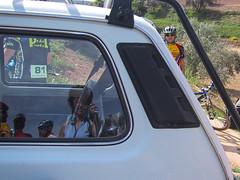Reflejo en el coche de apoyo (Micheo) Tags: rutahiponova mayo 2003 bici bicicleta bicicletas bicycle cycling montefrío peñadelosgitanos recuerdos memories mybikeandi mtb btt mountainbikes