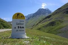 Borne Galibier (Mitchb570) Tags: borne kilométrique col du galibier paysage montagne pourcentage 6 montée vélo cyclisme route ascension altitude kilomètre été beau temps 9km jaune blanc