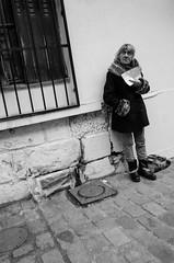 A votre bon coeur... (Olivier DESMET) Tags: candid lesgens noirblanc street monochrome olivierdesmet nb blackandwhite bw photosderue 28mm ricohgr ricoh gr