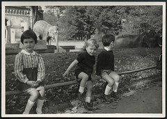 "Archiv K161 ""Herta"" mit Zoo-Tieren, ""1965"" (Hans-Michael Tappen) Tags: archivhansmichaeltappen tier outdoor fotorahmen gehege zoo tierpark jungen kinder mädchen girl boy boys elefant 1960s 1965 1960er"