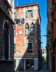 Calle della Testa (Tigra K) Tags: venice veneto italy it venezia 2014 architecture arka city fabric lantern light palace passage plant road ruin wall window