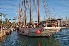 1917 Maniobra de atraque en el puerto de Barcelona (Ricard Gabarrs) Tags: puerto mar agua barca barco olympus watwer olas navegar velero yate amarre atraque puertodebarcelona ricgaba ricardgabarrus