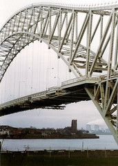 133 Runcorn Bridge (in 1979) (brigster) Tags: runcorn rivermersey runcornbridge silverjubileebridge steelarchbridge