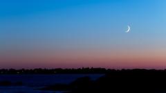Croissant sur la baie (Mare Crisium) Tags: lune moon sunset coucher croissant crescent sea ocean mer bleu blue orange black noir soir evening bretagne morbihan penn lann obscur crépuscule twilight