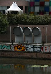Street art: M. Chat in Strasbourg (Sokleine) Tags: street streetart france reflection museum tubes muse urbanart strasbourg reflet alsace fans artderue mchat tuyaux