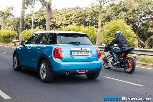 KTM-RC-390-vs-MINI-Cooper-06