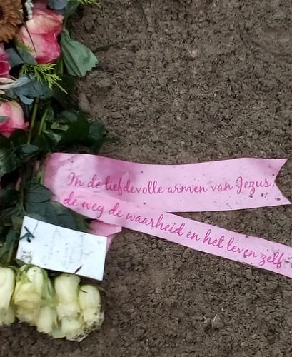 100mm roze rouwlint met fuchsia bedrukt
