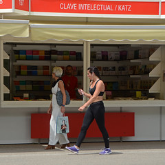 ... en clave intelectual (Cazador de imgenes) Tags: madrid park street espaa woman primavera girl female photography book photo donna spring mujer spain nikon chica candid streetphotography feria libro 15 books streetphoto libros retiro espagne 74 spanien spagna spanje ragazza spania  feriadellibro 2015 elretiro spange retiropark ediccion d7000 flm15