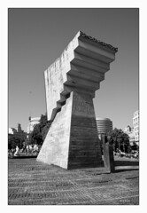 Placa de Catalunya (Pito Charles) Tags: barcelona city white black monochrome spring spain europa europe noir catalunya espagne blanc placa printemps ville barcelone 2015