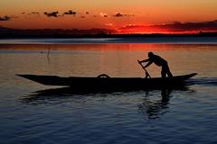 vogando (luporosso) Tags: vento veneto venezia burano tramonto sunset silhouette siluetas controluce contraluz abigfave
