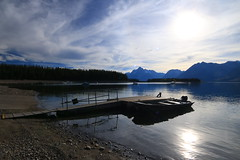 Lazy afternoon (alideniese) Tags: jacksonlake grandtetonnationalpark wyoming usa northamerica lake water waterscape landscape boatlaunch ramp boats mountains sky clouds sun reflection