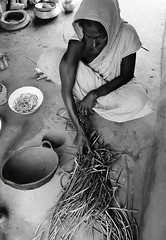 photographer: Chris Steele-Perkins (liberationwarbangladesh.org) Tags: africa afrique aliment cement ceramics ciment cloak faces féminin food india légume outdoorcooking paille pauvreté peoplesandtribes peuplesettribus pottery poverty straw vegetable woman womanallages
