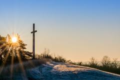 Kreuz auf dem Nackberg (thunderbird-72) Tags: sonnenstrahlen dezember nebel winter morgen frost sonnenaufgang nikond7100 kreuz nackberg morgenrot morgenlicht merzig saarland deutschland de