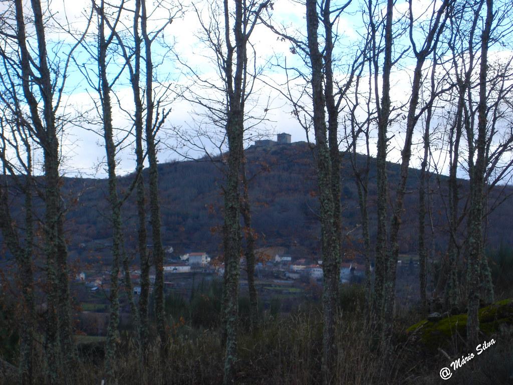 Águas Frias (Chaves) - ... além da cortina de carvalhos vislumbra-se a Aldeia e o Castelo de Monforte de Rio Livre ...