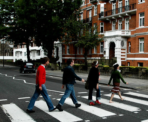 turistas imitando Abbey road