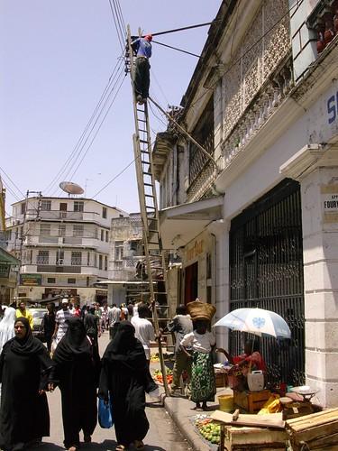 Réparateur sur échelle à Mombasa par dubpix