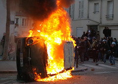 March 18, 2006 - 18:33 (Hughes Lglise-Bataille) Tags: paris france color topf25 car fire riot protest photojournalism olympus 2006 demonstration burning manifestation cpe e500 topv2000 topv3000